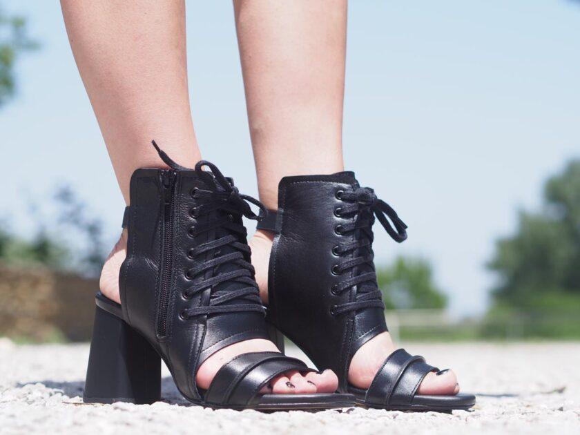 черни кожени сандали на ток